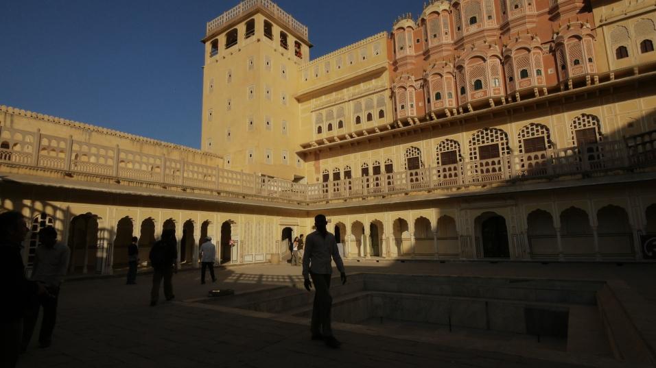Hava Mahal şehrin simgelerinden biri. Mihrace haremi için yapılan seyirlik binanın adı Rüzgar Saray.