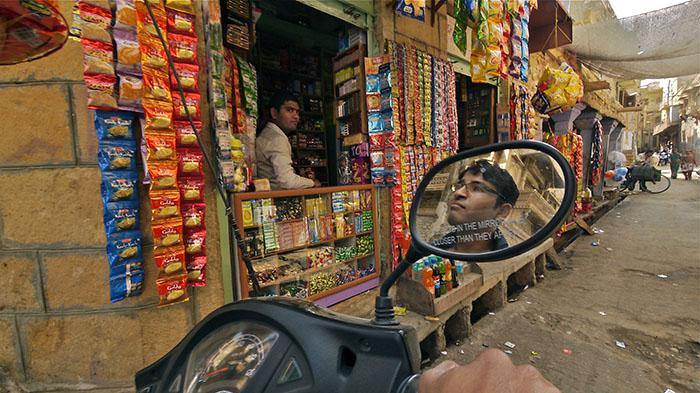 O.Yurdalan-06.02.2011-Jaisalmer-Eski kentin dar sokaklarında küçük bakkal dükkanları günlük ihtiyaçları karşılamak