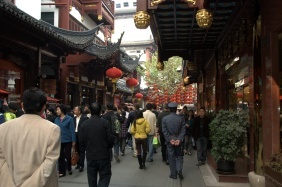 """""""Old Town"""" da geleneksel çatılı dükkanlar ve çarşı"""