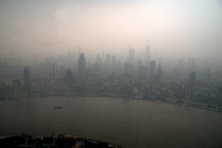 Oriental Pearl TV Kulesi'nden kuşbakışı, önce Huangpu Nehri, arkada gökdelenler