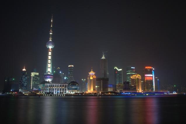 Huangpu Nehri doğu yakası, solda Oriental Pearl TV Kulesi