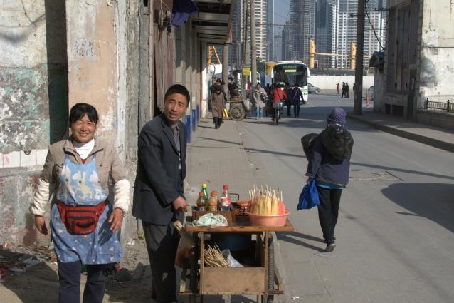 Modern binaların az berisinde sokakta yaşam