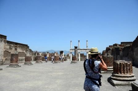 Pompei agorasındaki sütun kalıntıları antik dönemlerdeki görünüm hakkında fikir veriyor