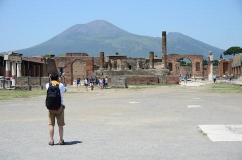 Pompei Forum'unda tapınak kalıntıları izleniyor