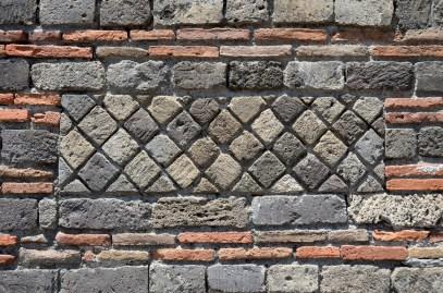Lavtaşı, kireçtaşı, harç ve tuğla ile yapılmış duvarlar ince bir işçilik sergiliyor