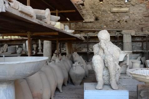 Burada zehirli gazlarla ölüp küllerin içinde gömülü kalan insan ve hayvanların taşlaşmış bedenleri görülebiliyor