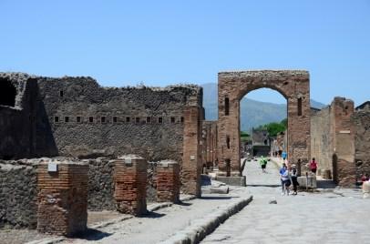 Caligula Kemeri'nin ana caddeden görüntüsü