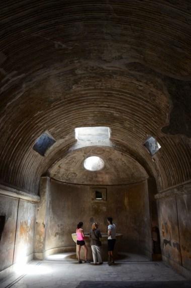 Evlerde odalar çok geniş, birçoğunun kendi hamamı var, her biri ince taş işçiliği ile bezenmiş ve mozaiklerle kaplı