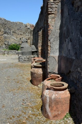 Şarap ve zeytinyağı küpleri antik dönemdeki yaşamı gözümüzde canlandırmamıza yardımcı oluyor