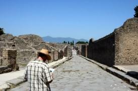 Vezüv'ün eteklerinde kurulu kentin taş döşeli caddelerinde yürürken tarihin içinde dolaşıyorsunuz