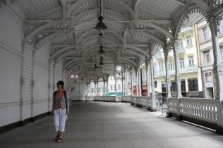 Trzni kemerli çarşısı 1883'te İsviçre tarzında tümüyle ahşap olarak yapılmış, zarif çatı işlemeleriyle dikkat çekiyor.