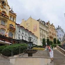 Trzni kemerli çarşısının yanındaki merdivenler art nouveau tarzı oteller sokağına çıkıyor.