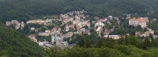 Kenti çevreleyen ormanlık dik tepelerden birisine kısa mesafeli raylı funiküler kurulmuş, tepede kentin panoramik manzarası ayaklar altına seriliyor.