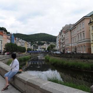 Kent o kadar sakin ve huzurlu ki, ortasından akan deredeki sıcak suyun şırıltısı duyulabiliyor.