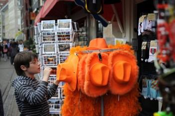 Kraliçe'nin günü, yani Koninningedag'da Amsterdamlılar Kraliçe'nin rengi giysi ve aksesuarlar giyiyorlar.