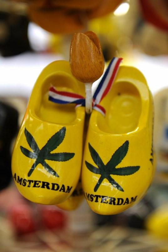 Marijuana yaprağı adeta kentin sembolü gibi. Bu tür ürünlerin serbest olduğu barların camında da görebileceğimiz bu sembol hediyelik eşyaların üzerinde Amsterdam'a ait çağrışımları harekete geçirmek için yer alıyor.