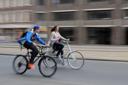 Yaşlı, genç herkes burada bisiklet kullanıyor. Bisiklet Amsterdam'da bir ulaşım aracı olmanın ötesinde bir yaşam biçimi haline gelmiş. Ekonomik, temiz, gürültüsüz ve sağlıklı bir yaşam biçimi!