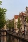 Kanal boyu sıralanmış dar cepheli evlerin önünde taş döşeli sokaklarda yürüyerek kenti keşfetmek çok keyifli.