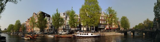 Kanalların kenarına sıralanmış canlı renklere boyalı sevimli tarihi binalar bugün de kendi karakteristik dokusunu oluşturuyor.