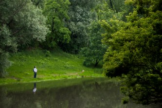 Wisla Nehri'nin yemyeşil kıyısında bir balıkçı