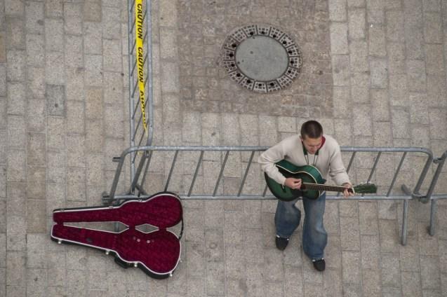Eski Kent Meydanı'nda sokak müzisyenleri kentin sosyal yaşamına renk katıyor.