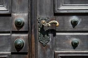 Ortaçağdan kalma dekanlık binasının masif kapıları zamana meydan okuyor.
