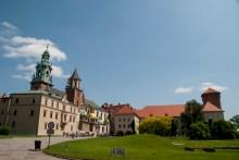 Wawel Tepesinde solda Krakow Katedrali, sağda Sandomierz Kulesi görülüyor.