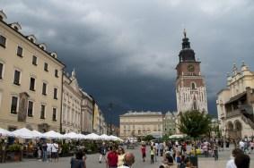 Eski Kentin meydanında Sukiennice kumaş borsası bugün kafe, dükkân ve resim galerilerine ev sahipliği yapıyor. Yanında yükselen kent kulesi 2. Dünya savaşından sonra yeniden yapılmış.