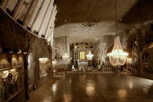 Wieliczka Tuz Madeninde duvarlar, basamaklar, döşeme, hatta avizeler dahi kristal halde tuzdan yapılmış.
