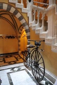 D'Albertis Kalesinin içi Kaptan Enrico Alberto D'Albertis'in topladığı etnoğrafik nesnelerle bir müze gibi düzenlenmiş.