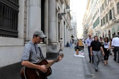 San Lorenzo meydanına açılan sokaklardan birinde sokak müzisyeni.